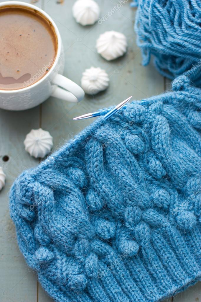 Tejer un patrón de color turquesa en las agujas circulares — Foto de ...