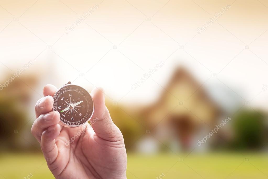 kompas in de hand op Thaise tempel achtergrond met verlichting fla ...