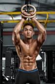 Szexi ázsiai izmos férfi edzőterem, pózol alakú hasi. Erős férfi meztelen felsőtestét abs, dolgoznak ki