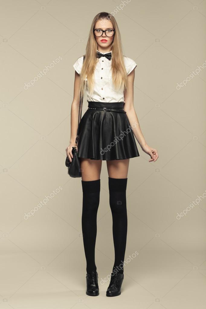Смотреть под юбку у красавицы
