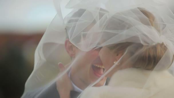 Boldog esküvői pár mosolygó ifjú őszi park séta