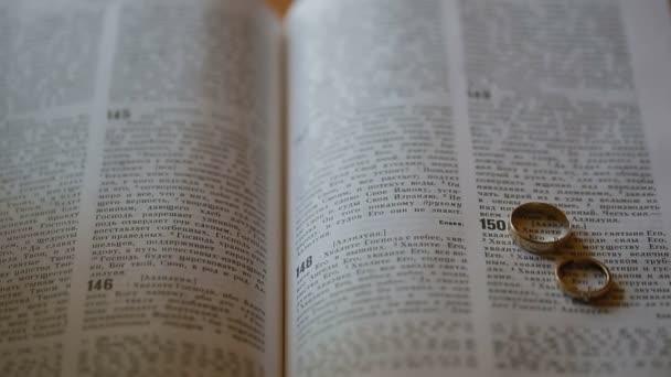 Closeup Holy bible ruského jazyka s snubní prsteny