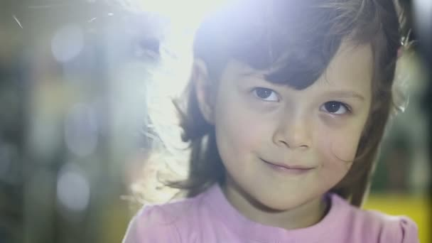 Portréty dětí v obchodě ženské dítě dělá mimiku úsměvu