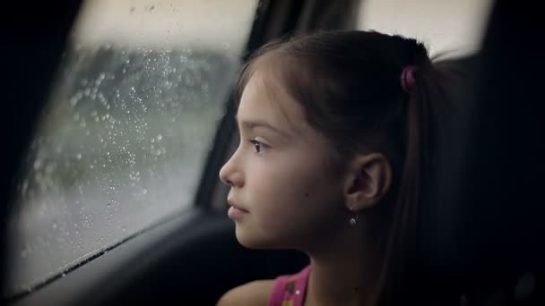 Az autó esik női gyermek