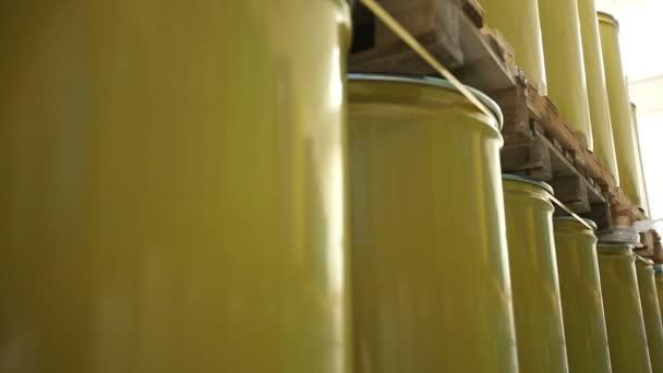 Új sárga hordók belső tároló raktár. Mozgó kamera csúszka