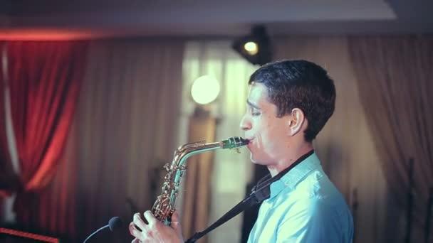 Saxofonista provádí na jevišti s profesionální světla