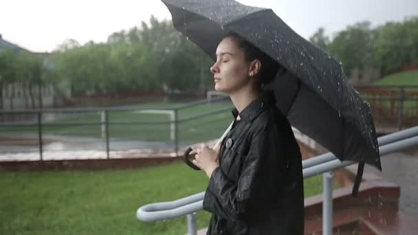 Osamělé dítě dívka v dešti s deštníkem. Zpomalený pohyb