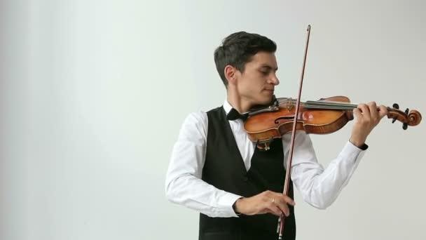 Latino hegedűművész ember fehér alapon.