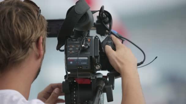 Kameraman natáčení scény v dešti