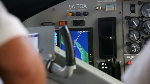 Cockpit innen. Die Hände der Piloten bedienen Geräte des Wasserflugzeugs. Video mit Ton.