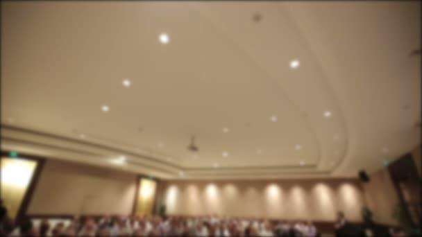 Mnoho lidí se sešli na konferenci nebo seminář. Rozmazané pozadí pro titul.