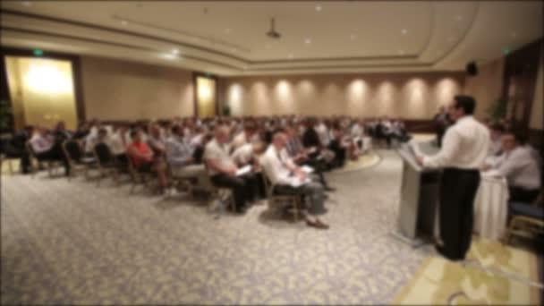 Sokan gyűltek össze a konferencián vagy szemináriumon. A cím homályos háttérrel