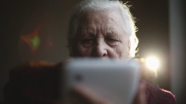 Stará žena a elektronický tablet