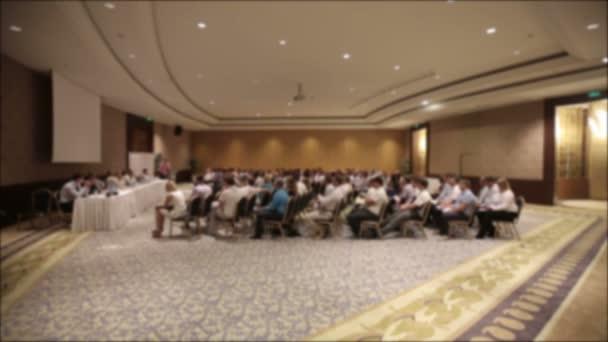 Mnoho lidí se sešli na konferenci nebo seminář. Rozmazané pozadí pro titul