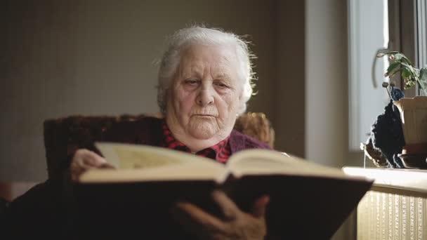 Starý člověk, čtení knihy.