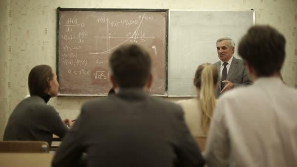 Csoportja a hallgatók az osztályteremben, hallgat, mint a tanár tart előadást