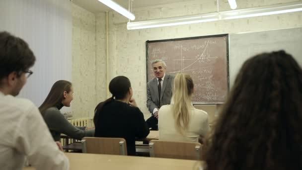 Lassú mozgás: Csoportja a hallgatók az osztályteremben, hallgat, mint a tanár tart előadást