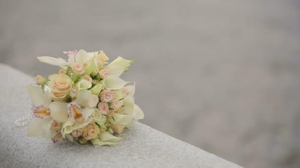 Kytice orchideje a růže na zábradlí na balkon moře pozadí