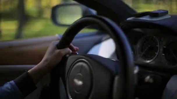 Žena, která řídila drahé auto videa se zvuk motoru