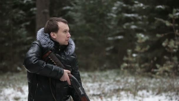 Vadász az erdőben egy fegyvert a megcélzott-lassú mozgás