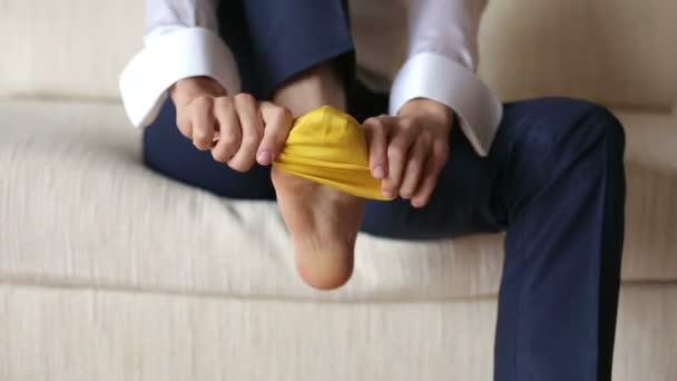 Muži nosí žluté ponožky