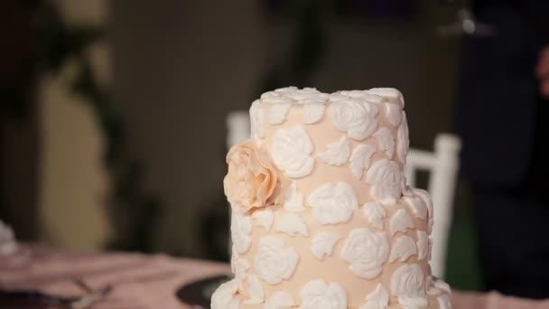 nevěsta a ženich rozkrojit svatební dort