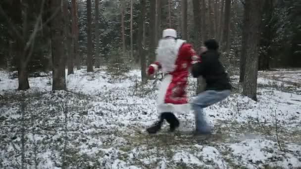 Babbo Natale sta combattendo nei boschi con i ladri. Slow motion