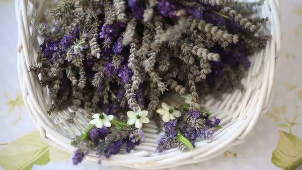 Lavendelstrauß in einem weißen Korb