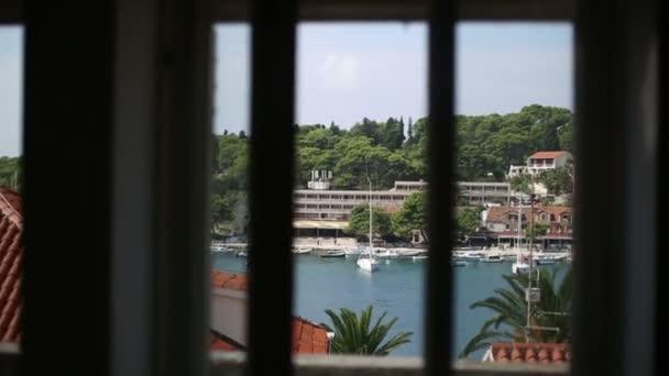 Pohled z okna na střed ostrova Hvar v Chorvatsku