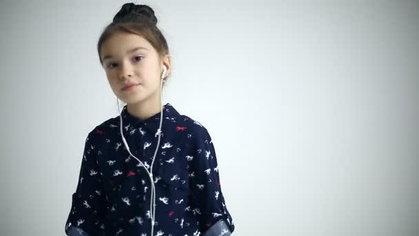 Dítě s tancem na studio pozadí klapky na uši