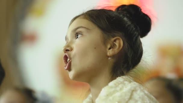 Mädchen singen im Chor