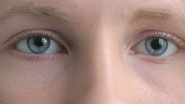 Közelről egy fiatal szomorú női gyermek portréja