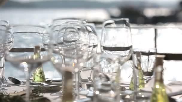 Zásobník sklenic šampaňského ruce číšník na pozadí moře při západu slunce. Zblízka
