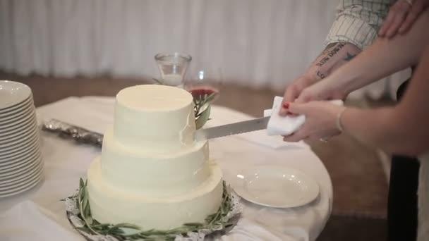 Az ifjú vágott az esküvői torta