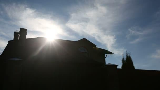 Slunce nad střechu velkého rodinného domu. Sekvence 2 zastřelil
