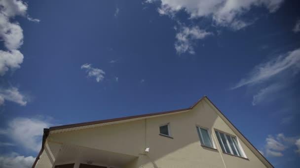 Časová prodleva mraků nad střechu velkého rodinného domu