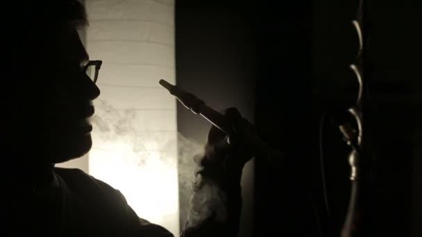 Lassú mozgás: Egy ember a dohányzás a vízipipa árnyékában