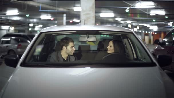 Emoce mladý pár v autě v podzemní parkoviště