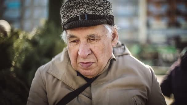 Senioři portrét, smutný starší muž při pohledu na fotoaparát