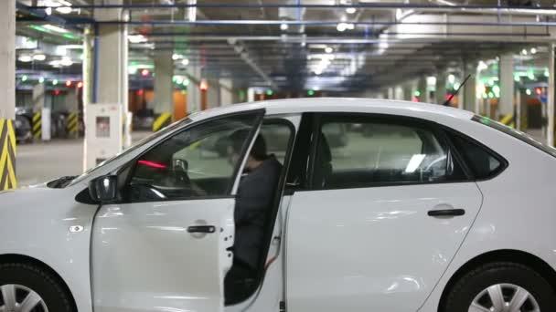 Muž se dostat do auta nosit bezpečnostní pásy a tiše listy