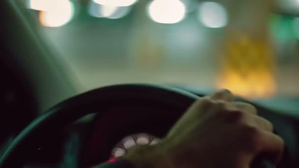 Ruce muže řídit auto. Zblízka