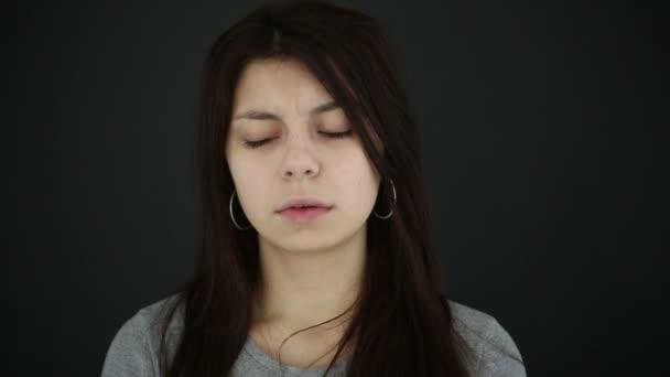 Smutná dívka dospívající na černém pozadí