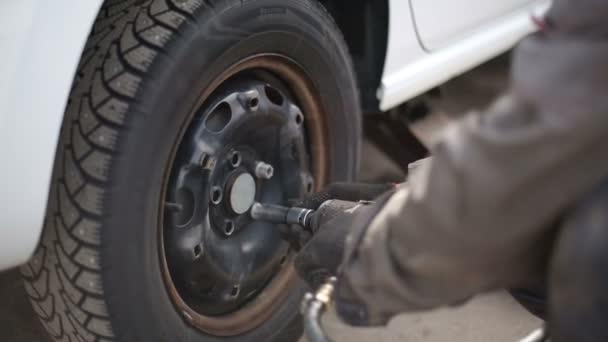 Náhradní pneumatika zavěšená na čerpací stanici