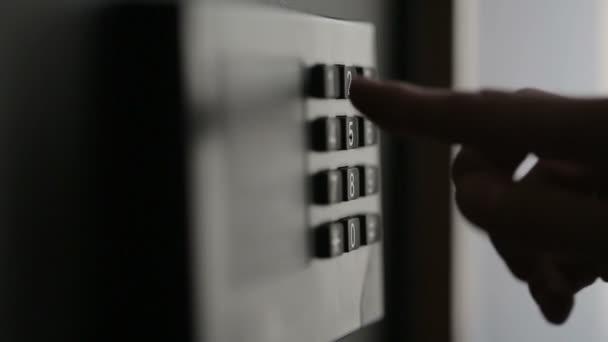 Žena ruce odblokování kombinaci do bezpečí v hotelovém pokoji