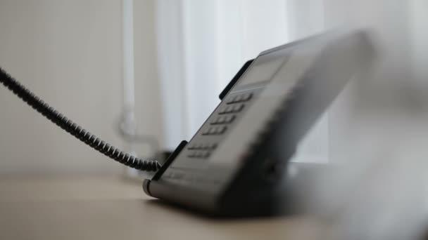 Telefon v hotelovém pokoji nebo kanceláři. Zblízka