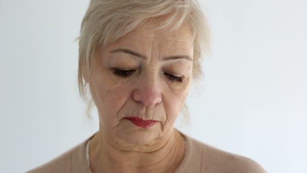 Senior portrét, starší žena, je smutná a nespokojený. Zblízka