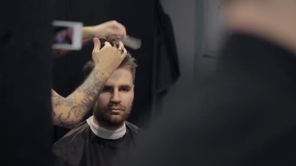 Barber zastřihne vlasy v holičství