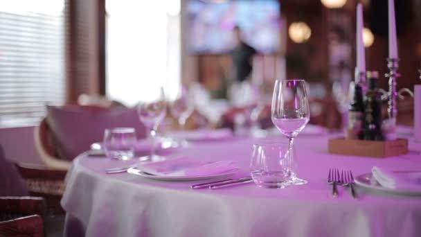 Sklenice na víno na stůl v restauraci. Záběry od jezdce (dolly)