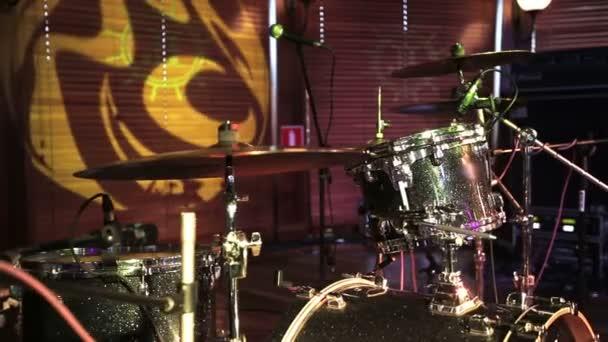 Drum set, mikrofonok és cintányérok nem emberek. HD csúszik shot