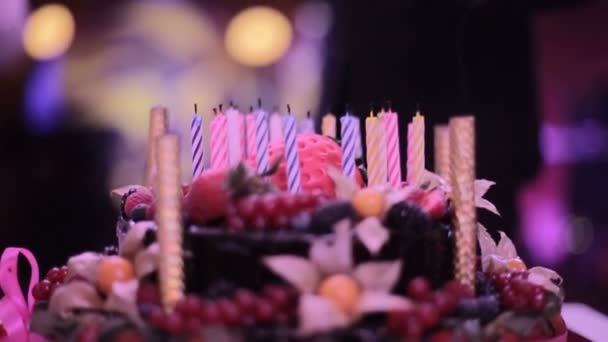 Torta di buon compleanno con le candele senza fuoco